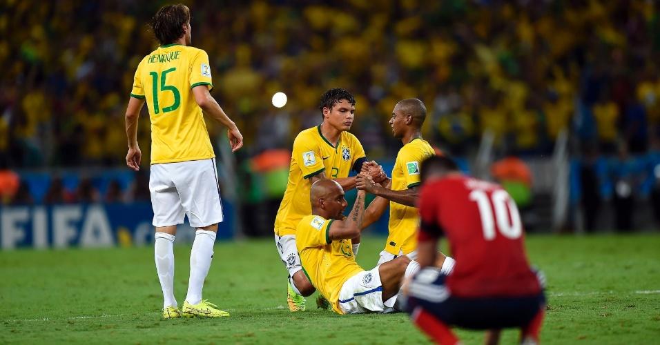 04.jul.2014 - Jogadores brasileiros comemoram a classificação para a semifinal após ganhar da Colômbia por 2 a 1, no Castelão