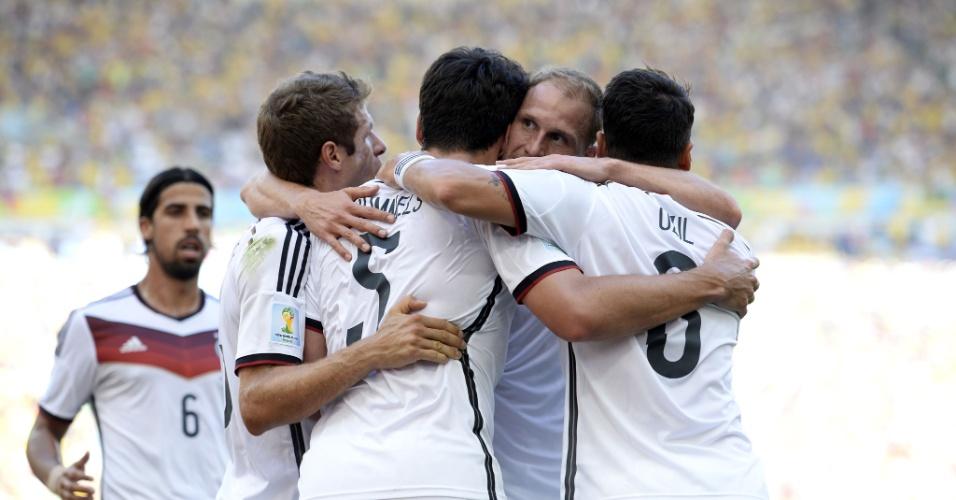 Jogadores comemoram único gol da partida que deu a vitória para a Alemanha contra a França nas quartas de final da Copa do Mundo