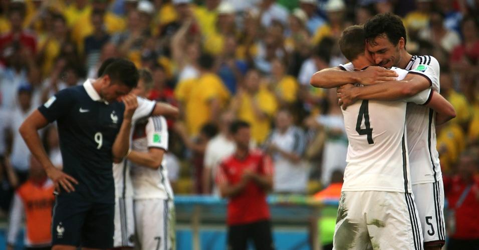 Jogadores da Alemanha comemoram vitória sobre a França e a classificação para semi da Copa do Mundo