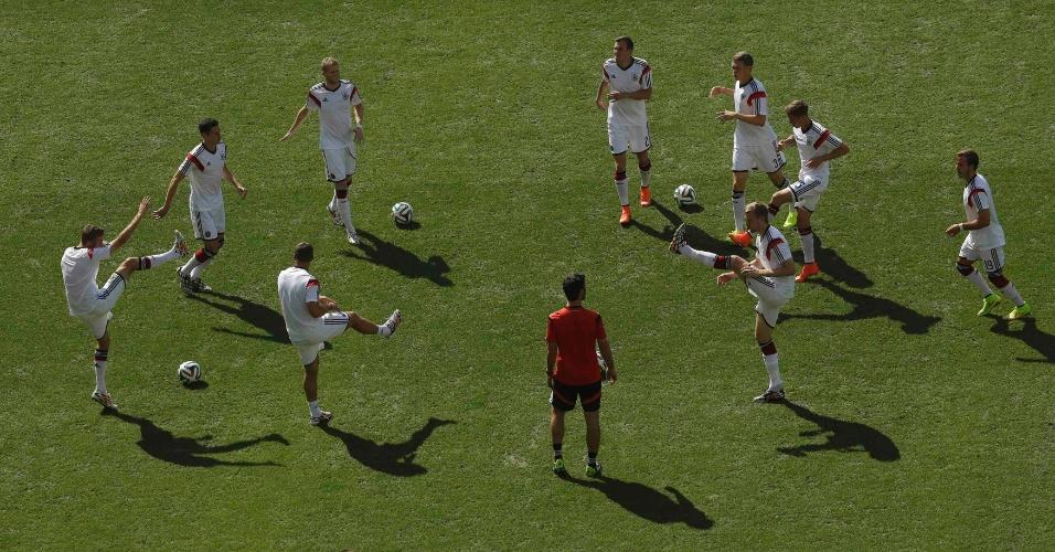 Jogadores da Alemanha fazem aquecimento com no gramado do Maracanã antes do início da partida contra a França