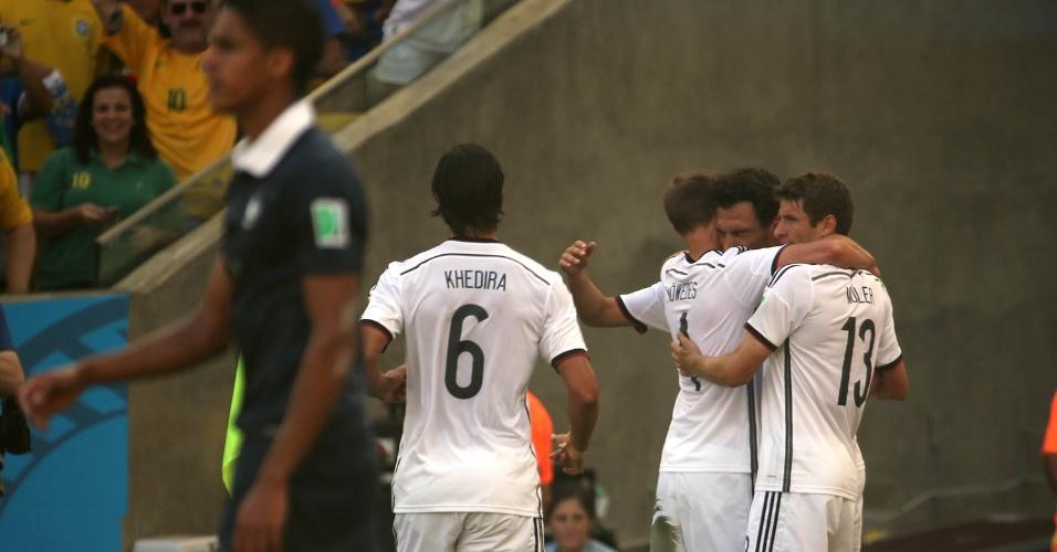 Jogadores da Alemanha se abraçam após gol marcado por Hummels contra a França