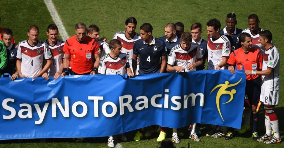 Jogadores da França e da Alemanha exibem faixa contra o racismo antes da partida no Maracanã