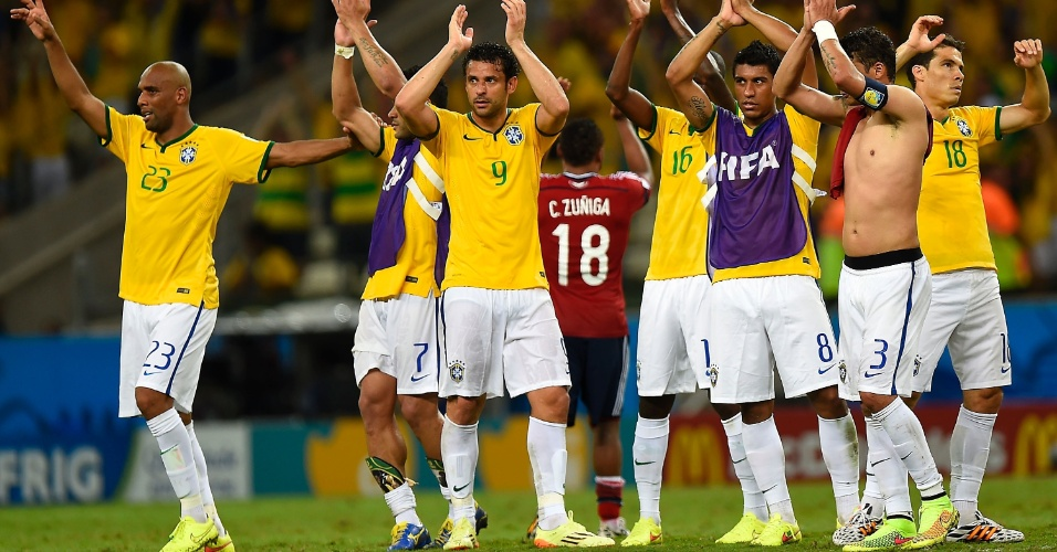 04.jul.2014 - Jogadores da seleção brasileira agradecem à torcida presente no Castelão depois da vitória por 2 a 1 sobre a Colômbia