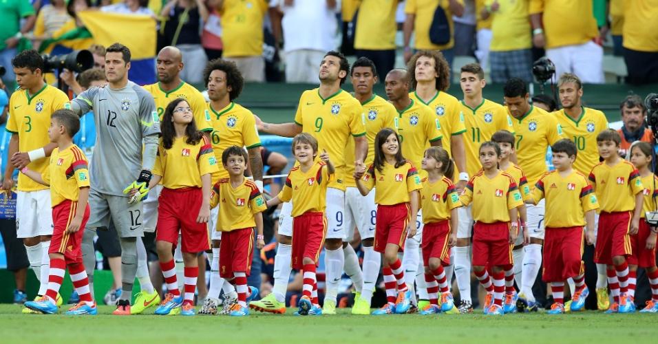 04.jul.2014 - Jogadores da seleção brasileira entram em campo, para a partida contra a Colômbia, no Castelão
