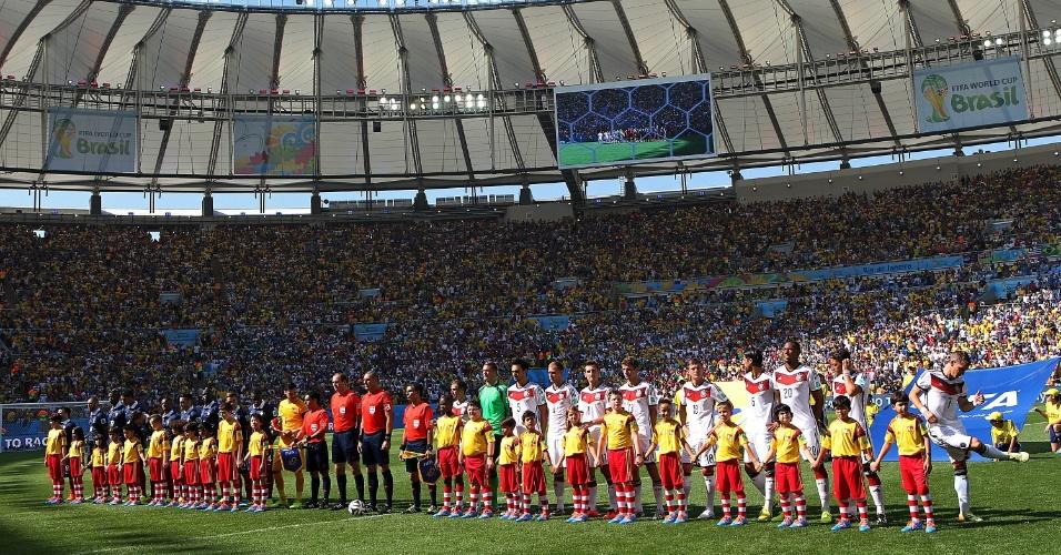 Jogadores de Alemanha e França ficam perfilados para as execuções dos hinos nacionais