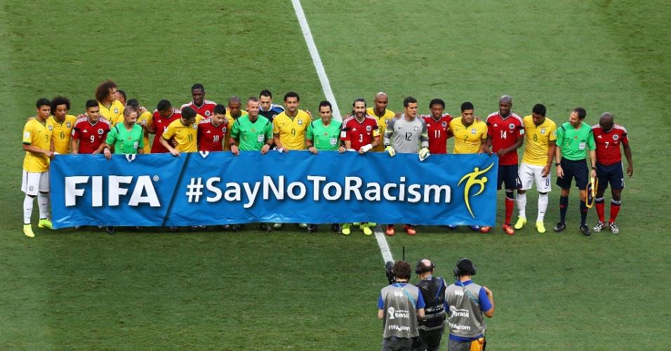 04.jul.2014 - Jogadores de Brasil e Colômbia fazem campanha contra o racismo antes da bola rolar no gramado do Castelão