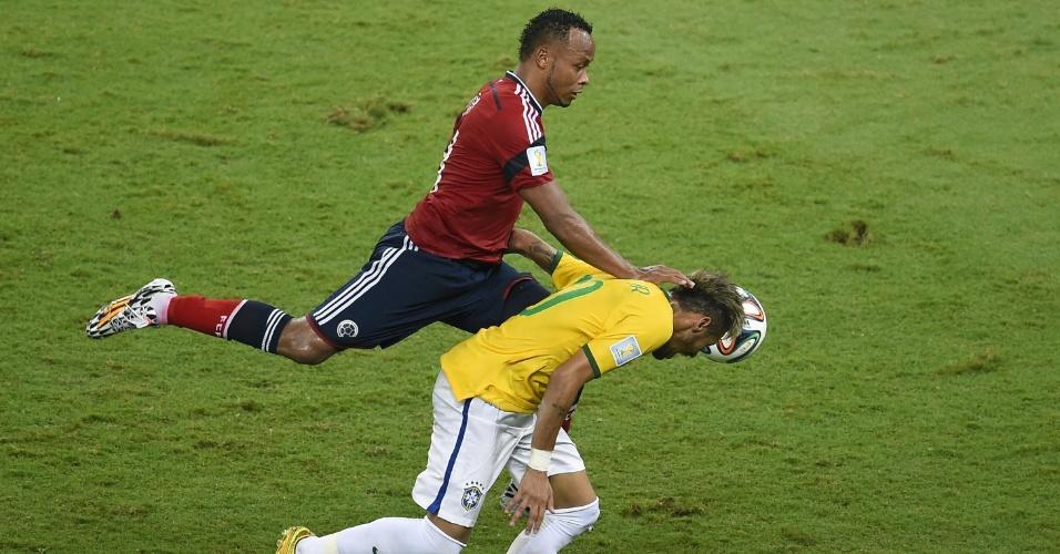 04.jul.2014 - Colombiano Juan Camilo Zuniga dá joelhada em Neymar na partida no Castelão. O brasileiro sofreu lesão no lance, foi encaminhado ao hospital e ficará de fora dos próximos jogos da Copa