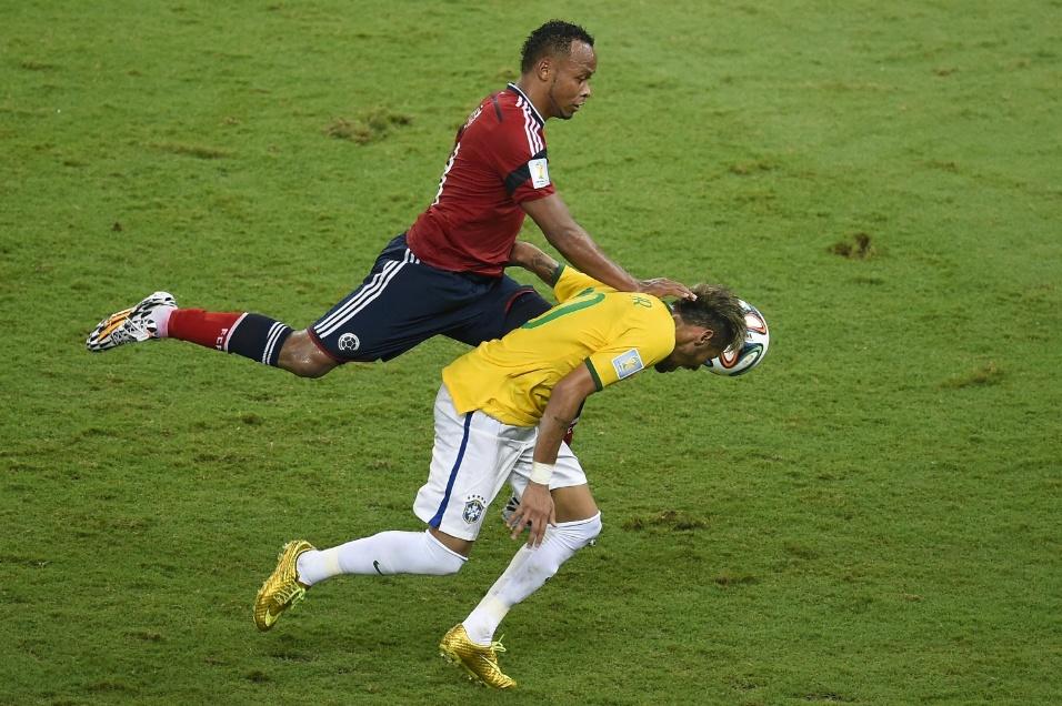 Juan Camilo Zuniga entra forte em Neymar na partida no Castelão. O brasileiro sofreu lesão no lance, foi encaminhado ao hospital e ficará de fora dos próximos jogos da Copa