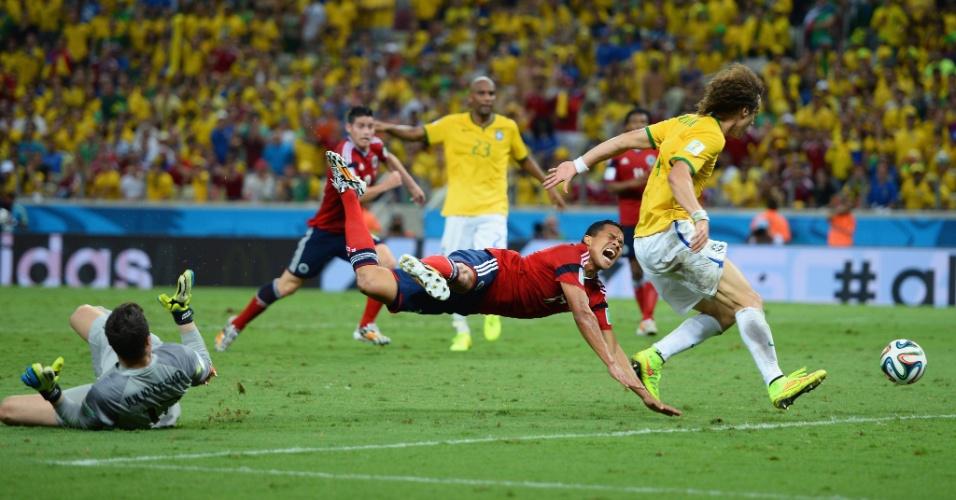 04.jul.2014 - Julio Cesar comete pênalti em Carlos Bacca, no lance que originou o único gol colombiano na derrota por 2 a 1 para o Brasil, no Castelão