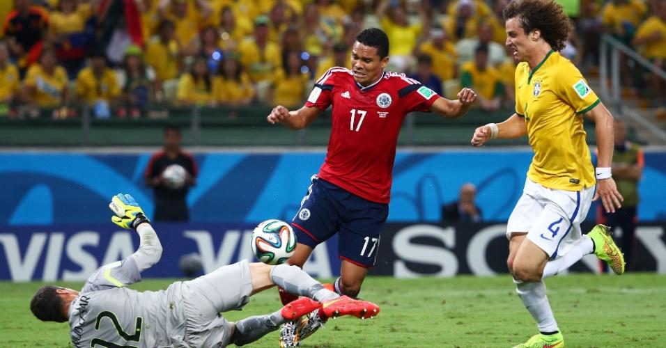04.jul.2014 - Júlio César comete pênalti em Carlos Bacca, que resultou no primeiro gol da Colômbia no Castelão