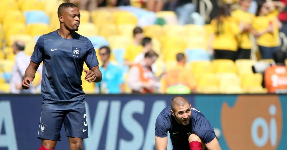 Karim Benzema (dir.) e Patrice Evra se aquecem no gramado do Maracanã antes da partida da França contra a Alemanha