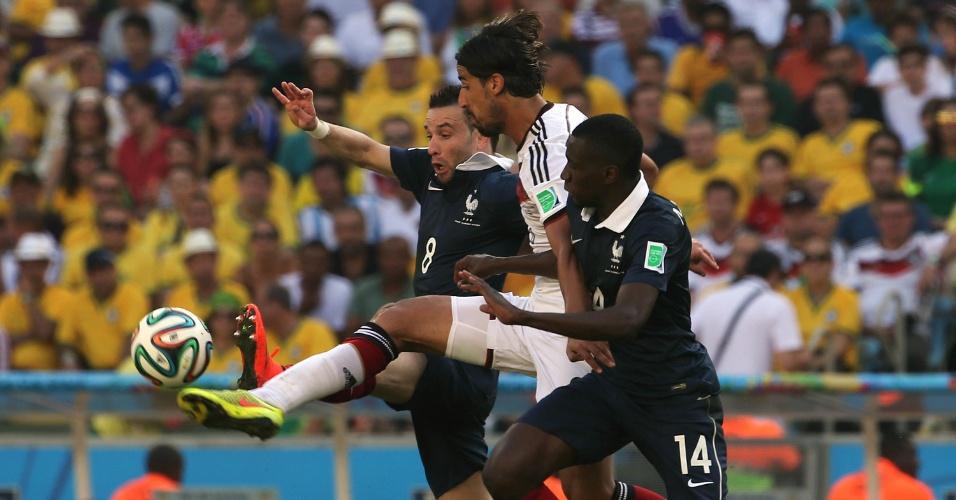 Khedira tenta escapar da marcação de dois jogadores da França, em partida no Maracanã