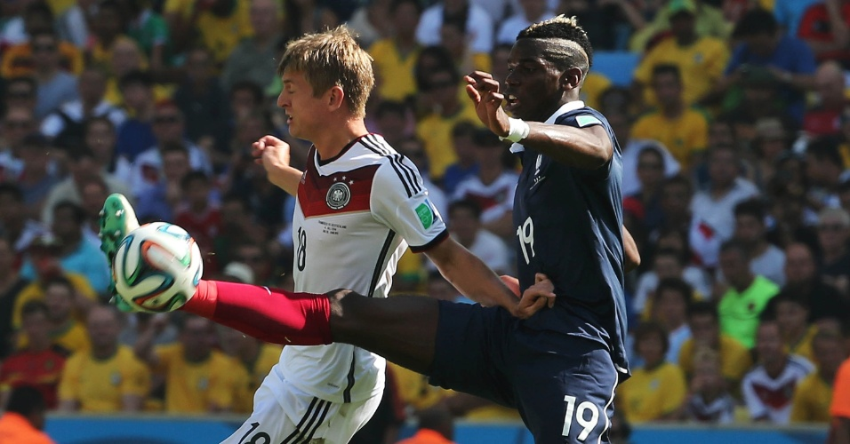Kroos e Pogba disputal lance na partida entre Alemanha e França, no Maracanã