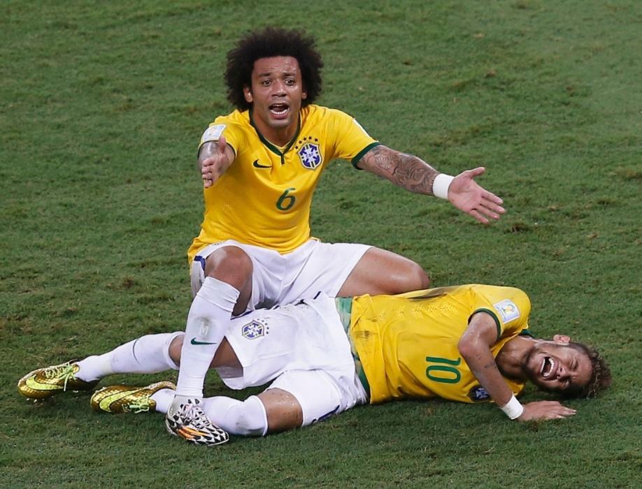 Lateral esquerdo Marcelo reclama após falta que tirou o atacante Neymar da Copa do Mundo durante jogo contra a Colômbia