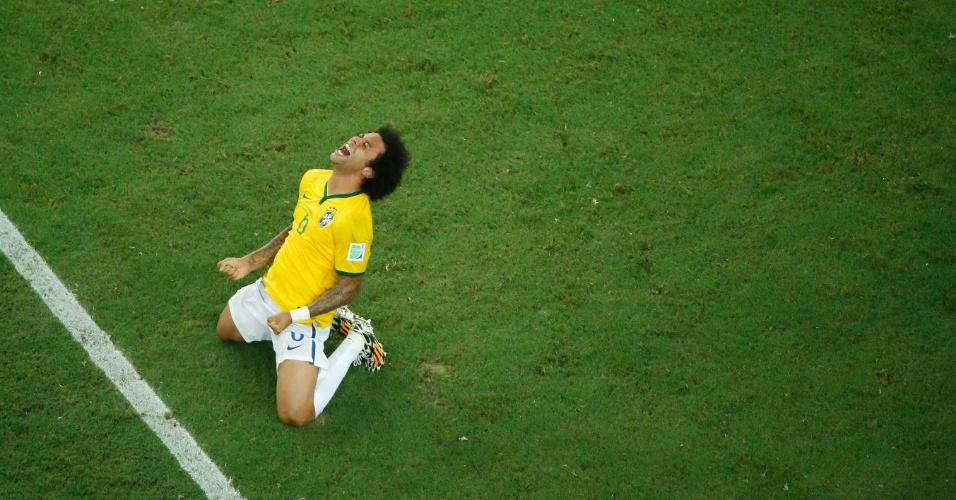 04.jul.2014 - Lateral Marcelo se ajoelha no gramado e comemora a vitória sobre a Colômbia e a classificação do Brasil para a semifinal da Copa