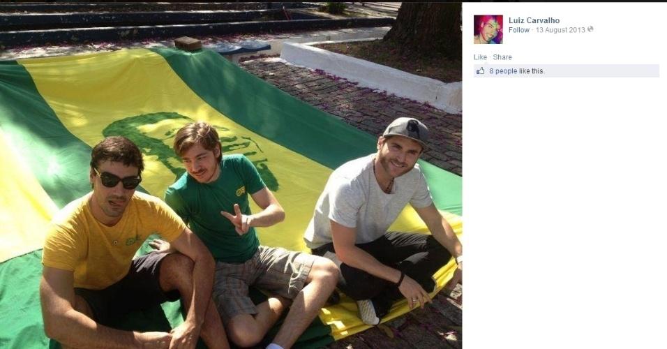 """Luiz Carvalho posa com bandeirão do """"Movimento Verde e Amarelo"""" ao lado de amigos que também fazem parte do grupo"""