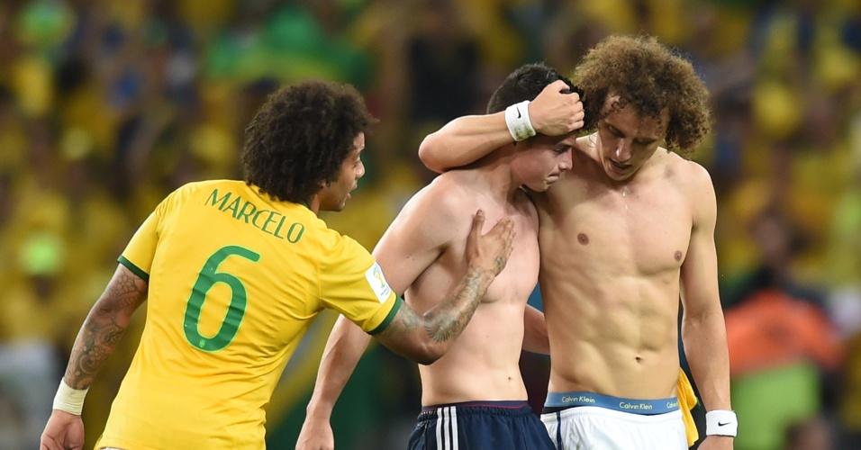 04.jul.2014 - Marcelo e David Luiz consolam James Rodríguez após a vitória brasileira por 2 a 1 sobre a Colômbia no Castelão. O Brasil está na semifinal e enfrenta a Alemanha