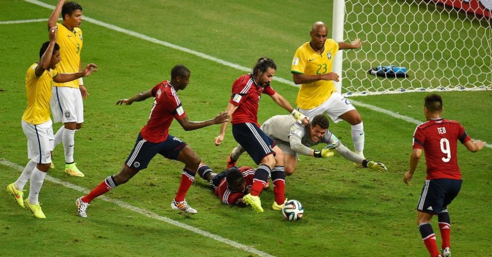 04.jul.2014 - Mario Yepes marca para a Colômbia, mas o árbitro anula o lance por irregularidade. O Brasil venceu a Colômbia por 2 a 1 no Castelão e está na semifinal, quando enfrenta a Alemanha