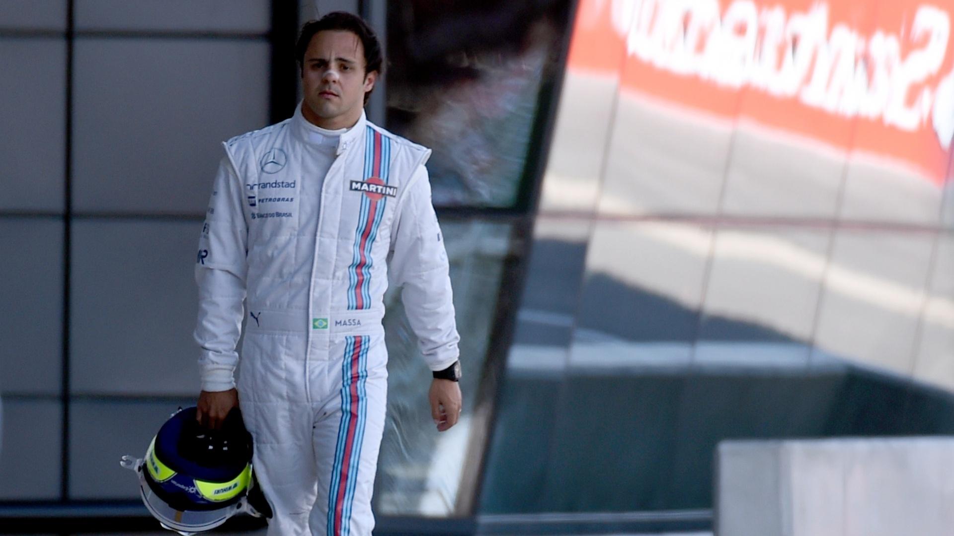 Massa, desolado, caminha em direção ao box da Williams após perder a direção do carro e bater na primeira sessão de treinos livres para o GP da Inglaterra