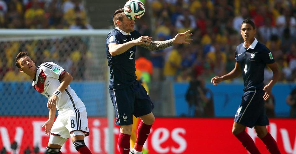 Mathieu Debuchy cabeceia a bola durante partida entre França e Alemanha