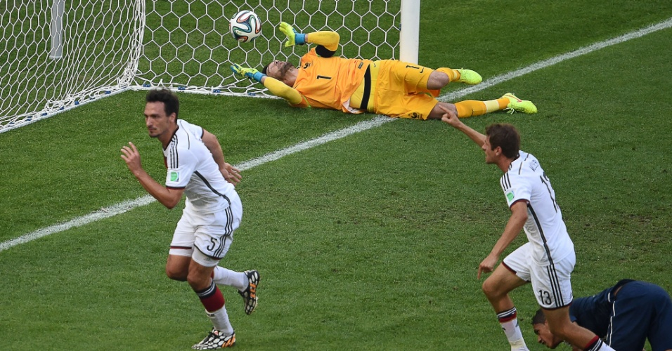Mats Hummels comemora após marcar o gol da vitória da Alemanha contra a França