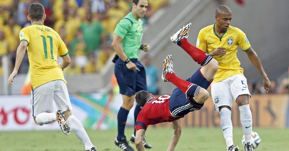 04.jul.2014 - Meia Fernandinho derruba o colombiano James Rodriguez no primeiro tempo da partida no Castelão