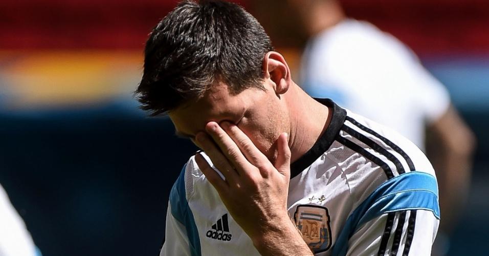 Messi coça o olho durante treino da equipe argentina, em Brasília