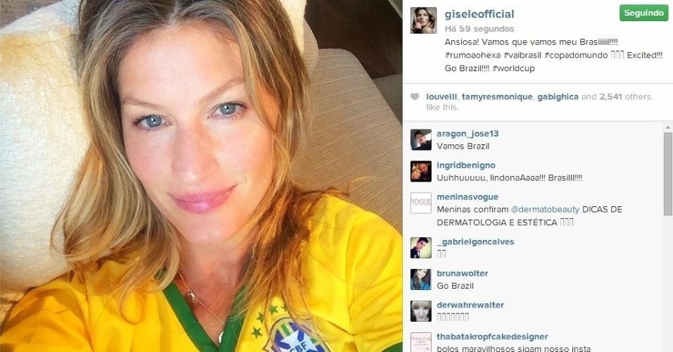 """Modelo Gisele Bündchen na torcida pelo jogo do Brasil contra a Colômbia. """"Ansiosa! Vamos que vamos meu Brasil!"""", escreveu"""