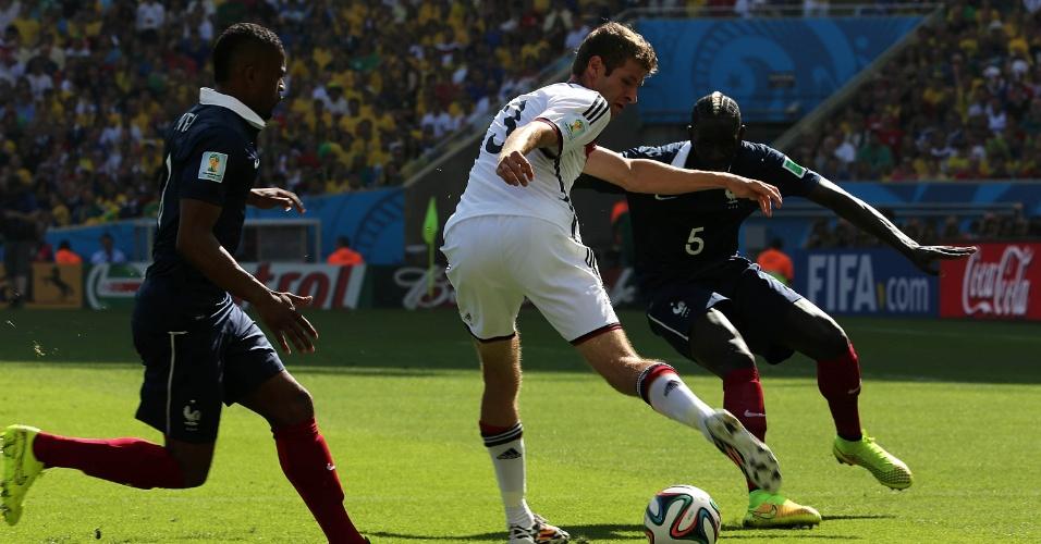 Mueller tenta a jogada na partida entre França e Alemanha