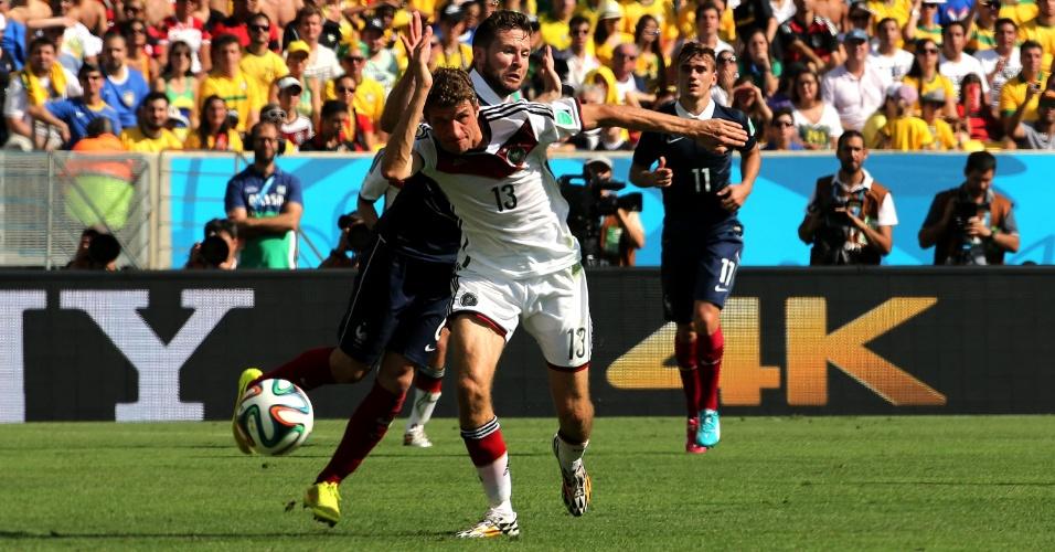 Mueller tenta ganhar a frente da jogada durante partida entre Alemanha e França