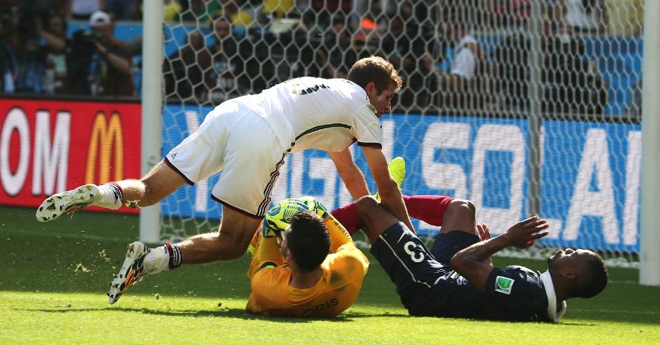 Muller, da Alemanha, disputa lance dentro da área com Evra, da França, mas bola fica na mão do goleiro Lloris