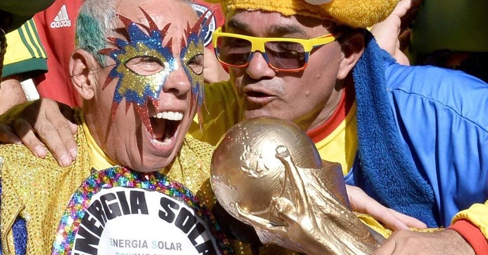 Nas arquibancadas do Castelão, colombianos já estão com a taça do Mundial em mãos