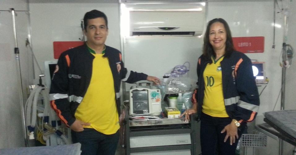 Neiva Timbó e Daniel Lima, os responsáveis pelo PMA, posam para foto com a camiseta do Brasil por baixo do uniforme