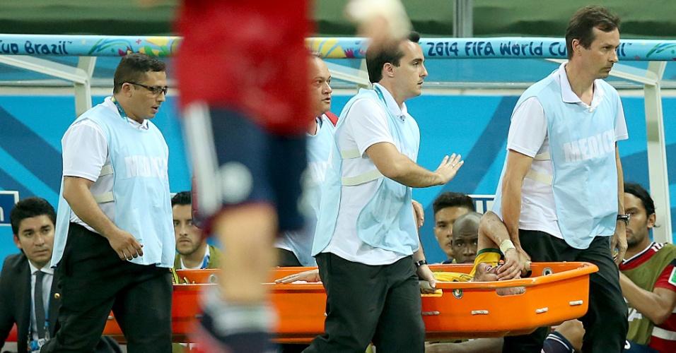 04.jul.2014 - Neymar deixa o gramado de maca chorando, após dividida na vitória do Brasil por 2 a 1 contra a Colômbia