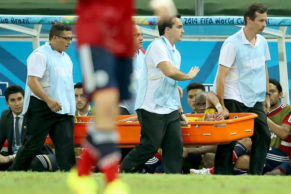 Neymar deixa o gramado de maca chorando, após dividida na vitória do Brasil por 2 a 1 contra a Colômbia