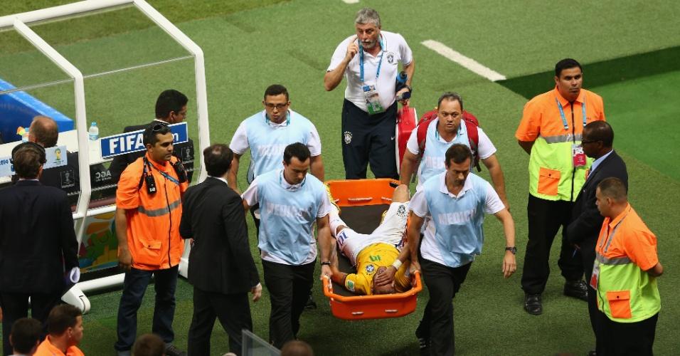 04.jul.2014 - Neymar deixa o gramado de maca chorando, após dividida na vitória do Brasil por 2 a 1 contra a Colômbia. O atacante foi para o hospital realizar exames
