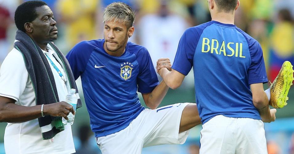 04.jul.2014 - Neymar faz alongamento no Castelão, antes do jogo do Brasil contra a Colômbia, pelas quartas de final