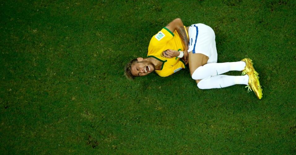 04.jul.2014 - Neymar fica caído no gramado com dores após sofrer pancada na partida contra a Colômbia, no Castelão