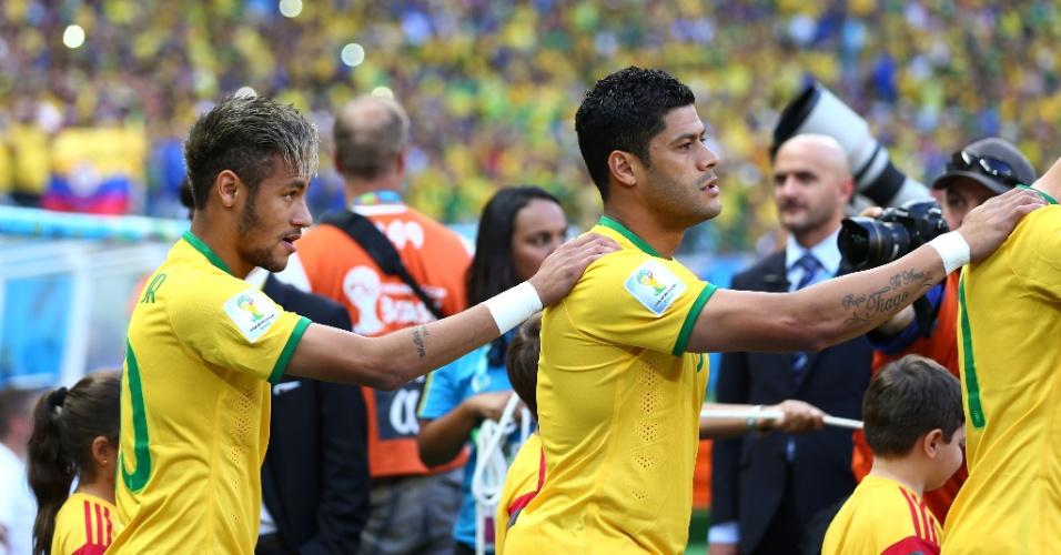 04.jul.2014 - Neymar observa a torcida no Castelão ao entrar em campo para a partida contra a Colômbia