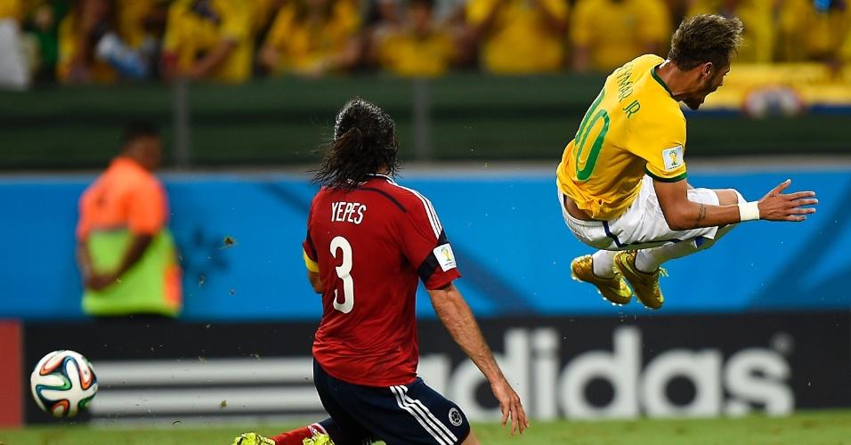 04.jul.2014 - Neymar pula após sofrer dura entrada de Yepes na vitória do Brasil por 2 a 1 no Castelão. O atacante deixou o gramado e foi para o hospital fazer exames