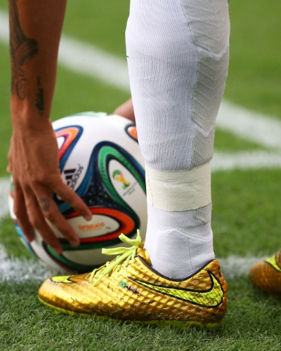 04.jul.2014 - Neymar se prepara para cobrar escanteio com sua chuteira dourada, na partida contra a Colômbia, no Castelão