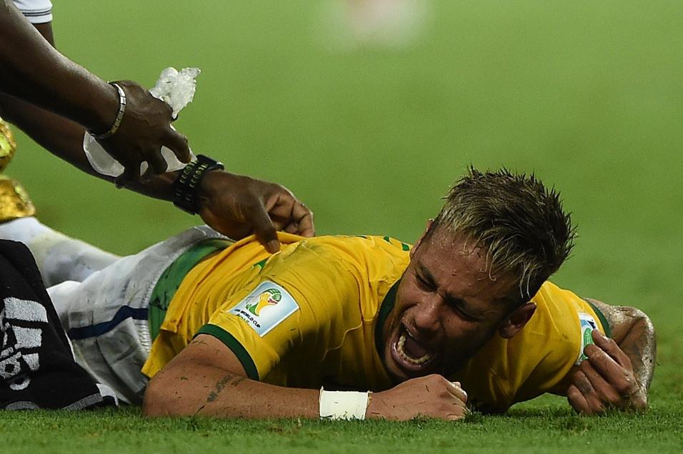 04.jul.2014 - Neymar sente muitas dores no final do jogo contra a Colômbia. O atacante deixou o gramado de maca e foi encaminhado ao hospital para realização de exames