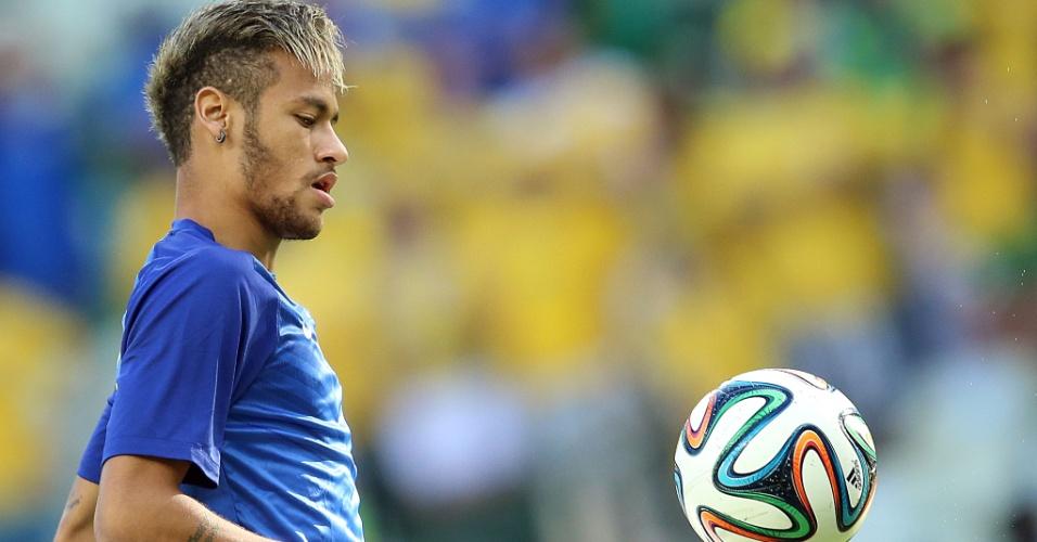 04.jul.2014 - Neymar sobe ao gramado do Castelão para fazer o aquecimento antes do jogo contra a Colômbia
