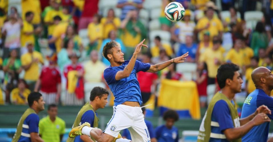 04.jul.2014 - Neymar sobe para cabecear a bola durante aquecimento do Brasil no Castelão, antes do jogo contra a Colômbia