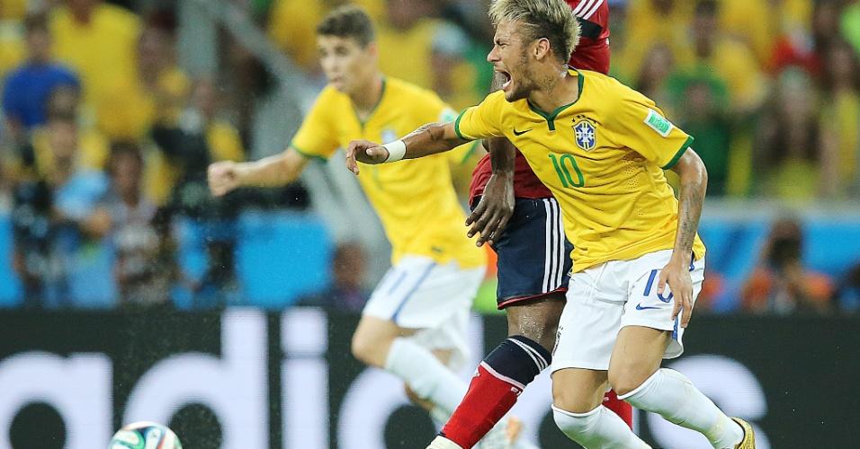 04.jul.2014 - Neymar sofre falta e sente dores no gramado do Castelão, durante a partida contra a Colômbia