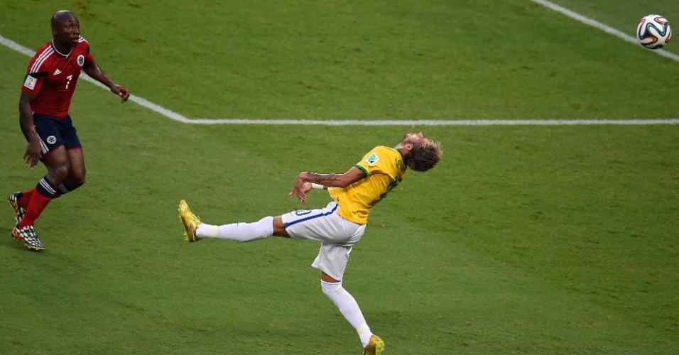 04.jul.2014 - Neymar tenta alcançar a bola na partida contra a Colômbia. O atacante teve uma vértebra fraturada na partida e ficará de fora da Copa do Mundo