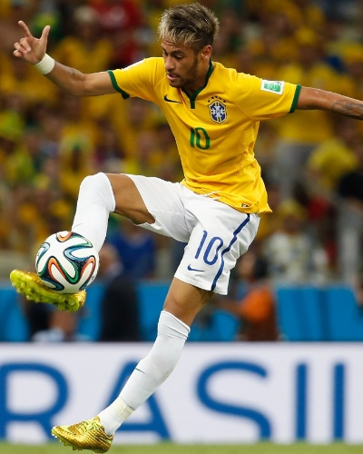 04.jul.2014 - Neymar tenta dominar a bola e conduzir o Brasil para cima da Colômbia, durante o jogo no Castelão