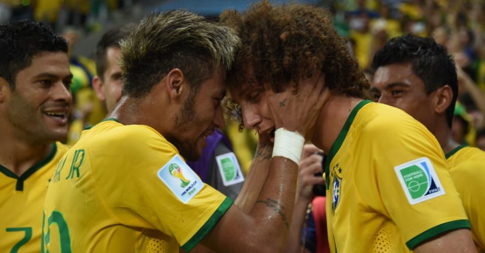 04.jul.2014 - Neymar vibra com David Luiz, autor do segundo gol do Brasil na vitória por 2 a 1 sobre a Colômbia no Castelão. O time brasileiro está na semifinal e enfrenta a Alemanha