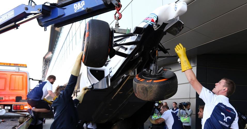 No treino para o GP da Inglaterra, Massa perdeu o controle do carro e chocou-se violentamente contra uma proteção de pneus; suspensão ficou seriamente danificada