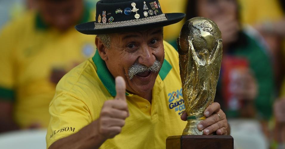 O bom e velho torcedor gaúcho da seleção brasileira leva taça do Mundial para o Castelão, em Fortaleza